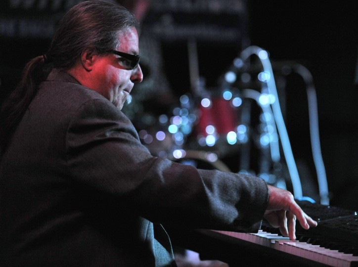 Piano player Little Anthony Geraci tickles the ivory as he performs with Sugar Ray and the Bluetones. (Robert K. Hamilton/Baltimore)