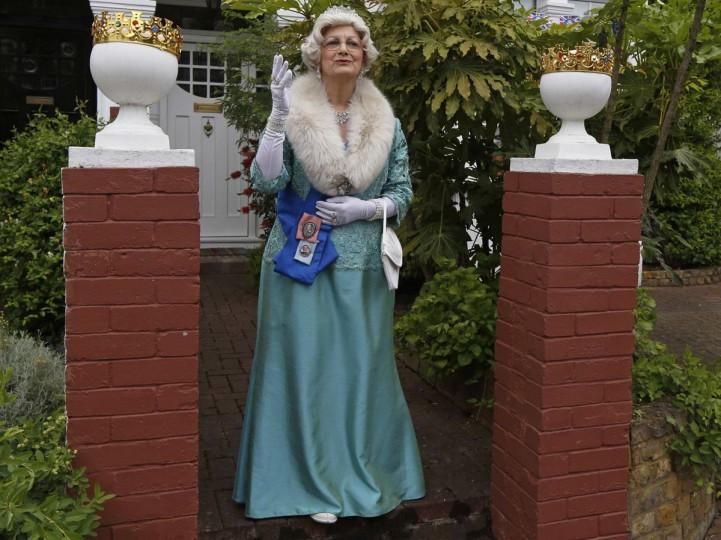 Celebrity look-a-like Caroline Bernstein, dressed as Britain's Queen Elizabeth II, leaves her house to join the Goldsmith Avenue Street Party to mark the Diamond Jubilee of Queen Elizabeth in Ealing, west London June 4, 2012. (Luke MacGregor/Reuters)