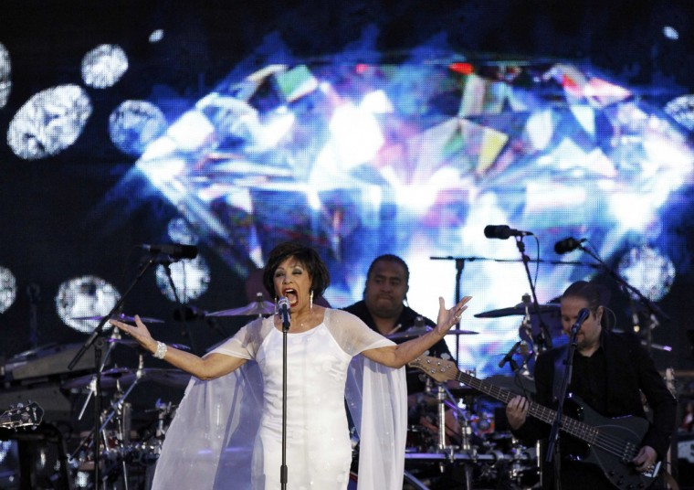 "Singer Shirley Bassey performs ""Diamonds Are Forever"" during the Diamond Jubilee concert in front of Buckingham Palace in London June 4, 2012. (David Moir/Reuters)"