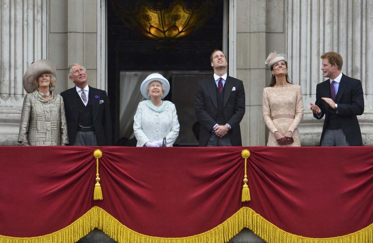 Britain's Queen Elizabeth looks up during a fly past as she stands with (L-R) Camilla, Duchess of Cornwall, Prince Charles, Prince William, Catherine, Duchess of Cambridge and Prince Harry on the balcony of Buckingham Palace in London June 5, 2012. (Toby Melville/Reuters)