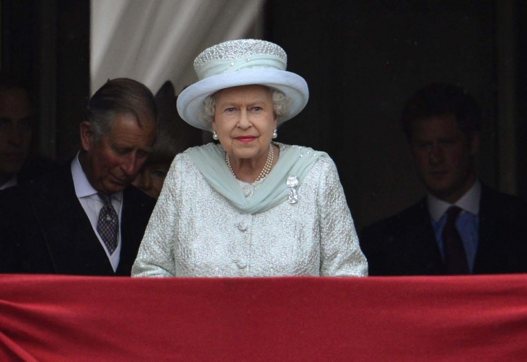Britain's Queen Elizabeth stands on the balcony of Buckingham Palace during the finale of her Diamond Jubilee in London June 5, 2012. (Toby Melville/Reuters)