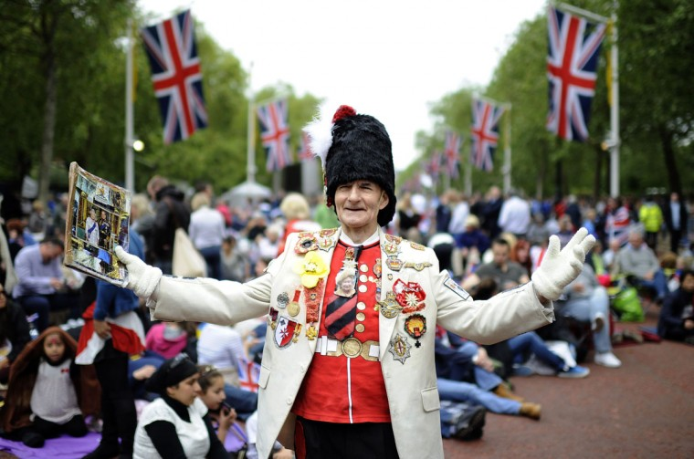 Royal fan William Wallace waits on The Mall for the start of the Diamond Jubilee concert for Britain's Queen Elizabeth in London June 4, 2012. (Ki Price/Reuters