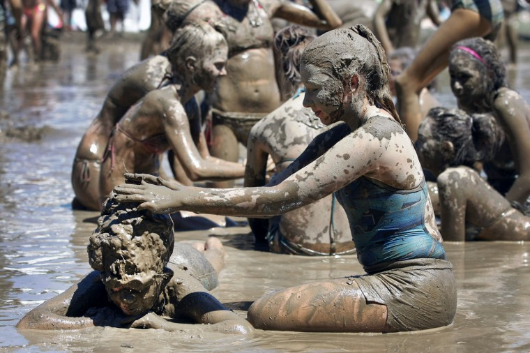Sarah Rojewski (right), age 13, of Livonia, Michigan puts mud on her brother Ben, age 11. (Bill Pugliano/Getty Images)