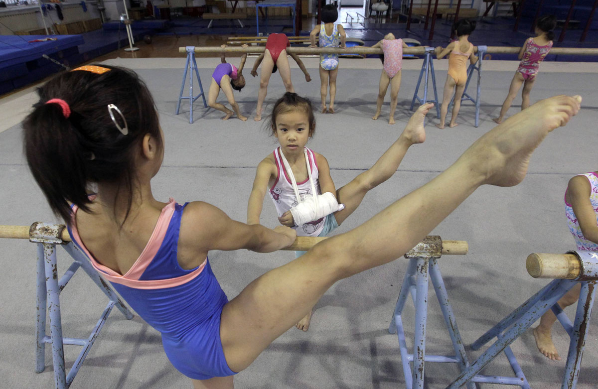 Young gymnast Mo Yuxin, who broke her arm during a ...