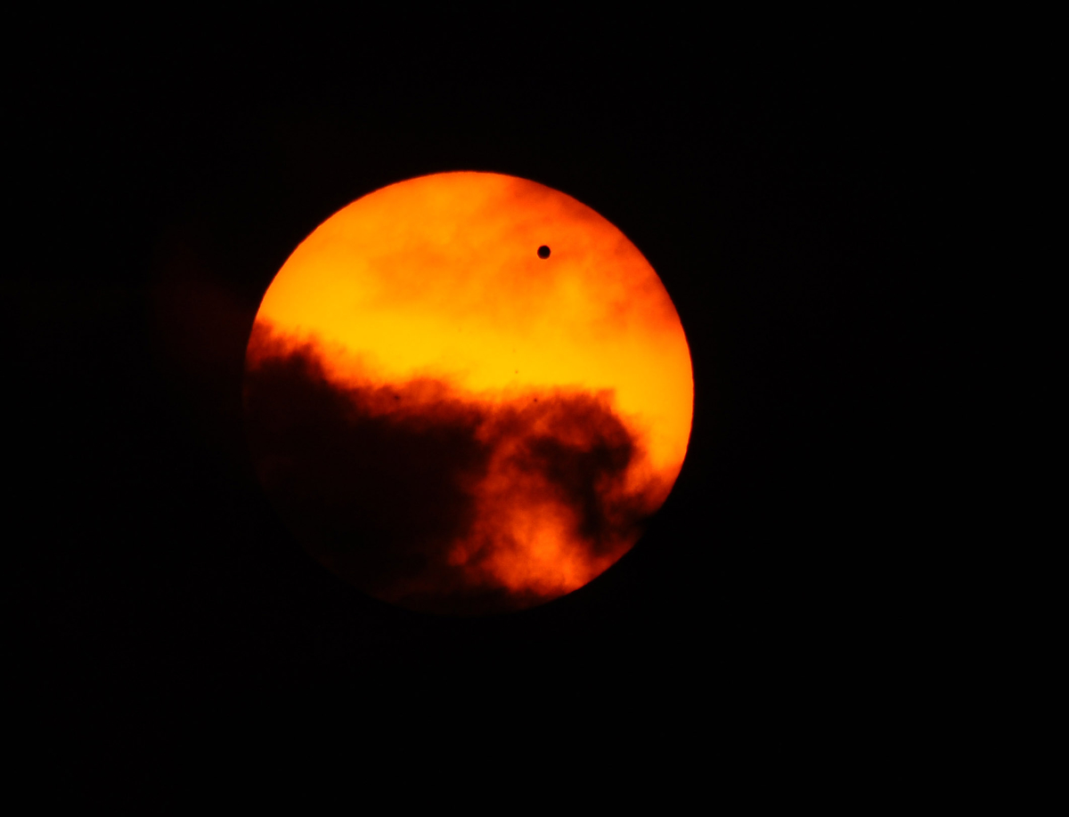 Sun photographer Kenneth K. Lam photographs the Transit of Venus