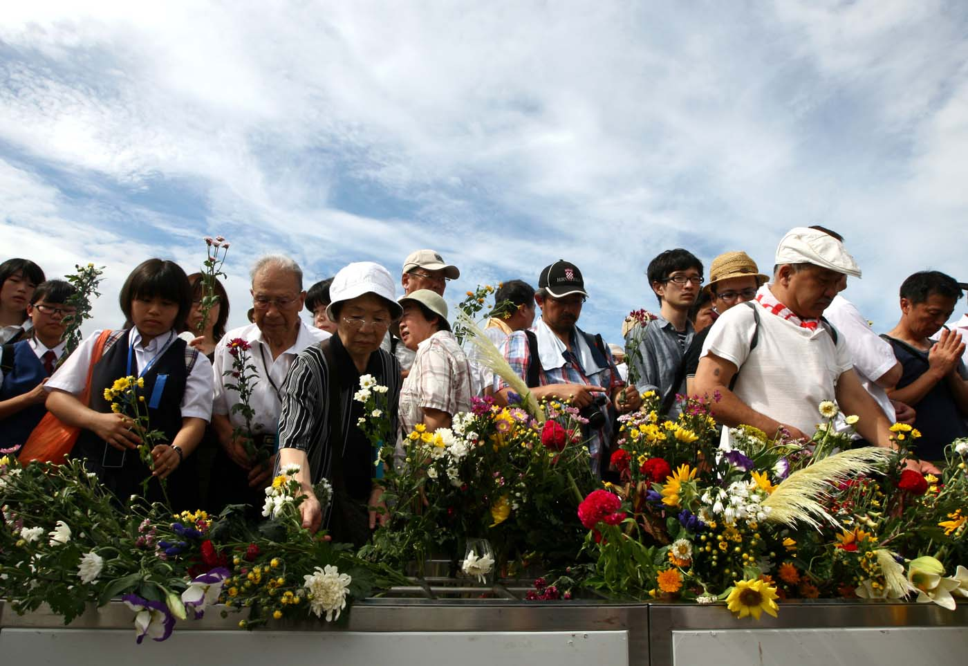 August 6 Photo Brief: Hiroshima marks 67th anniversary of atomic bomb, Curiosity on Mars, Olympics Day 10 and an underwater wedding