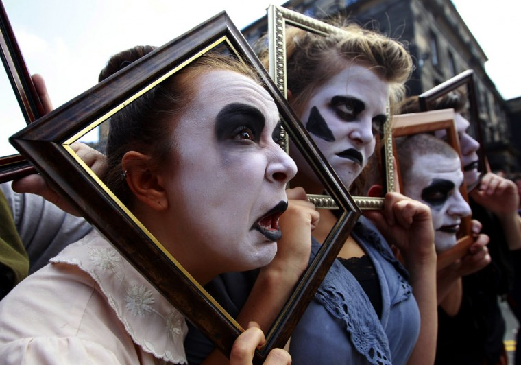 Actors from 'Oedipus The Hour' perform in the Royal Mile during the Edinburgh Festival Fringe in Edinburgh, Scotland. (David Moir/Reuters)