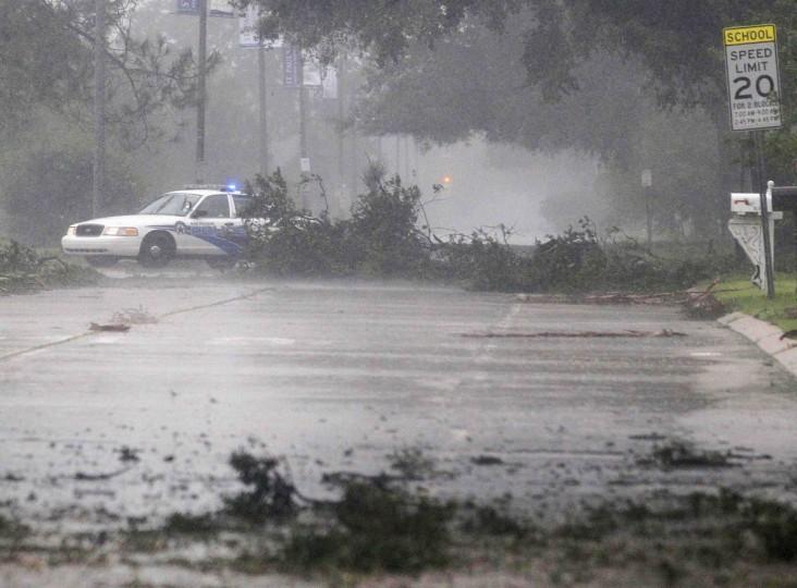 A New Orleans police car navigates through debris as Hurricane Isaac passes through New Orleans, Louisiana, August 29, 2012. (Jonathan Bachman/Reuters)