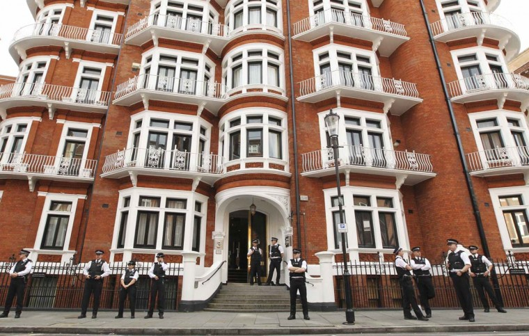 Police gather outside the Ecuador embassy in west London. Ecuador has granted political asylum to WikiLeaks' founder Julian Assange, Foreign Minister Ricardo Patino said on Thursday, a day after the British government threatened to storm the Ecuadorean embassy in London to arrest the former hacker. (Olivia Harris/Reuters photo)