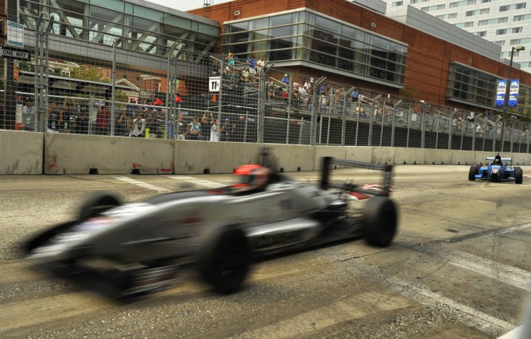 A USF2000 car makes it's way around the chicanes on the straight stretch leading into turn one. (Robert K. Hamilton/Baltimore Sun)