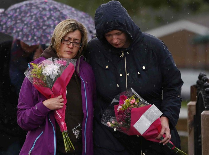 Women arrive to lay floral tributes close to where police constables Fiona Bone and Nicola Hughes were killed in Hattersley near Manchester, northern England. One of Britain's most wanted fugitives killed two unarmed policewomen on Tuesday in a gun and grenade ambush, police said, killings which are likely to reignite a long-running debate over whether British officers should carry guns. (Darren Staples/Reuters photos)