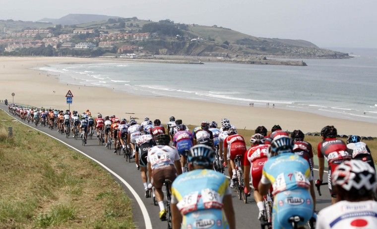 "The peloton rides during the 17th stage of the Tour of Spain ""La Vuelta"" cycling race between Santander and Fuente De September 5, 2012. (Miguel Vidal/Reuters)"