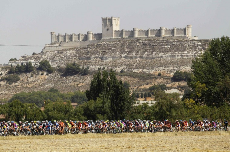 "The peloton rides during the 19th stage of the Tour of Spain ""La Vuelta"" cycling race between Penafiel and La Lastrilla. (Miguel Vidal/Reuters)"