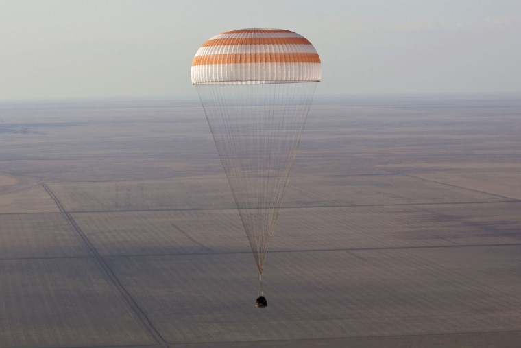 The Soyuz TMA-04M capsule carrying the International Space Station (ISS) crew of U.S. astronaut Joseph Acaba and Russian cosmonauts Gennady Padalka and Sergei Revin descends near the town of Arkalyk in northern Kazakhstan September 17, 2012. (Shamil Zhumatov/Reuters)