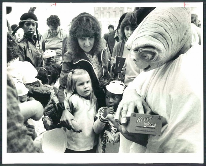 E.T. gives out candy at a pumpkin party. Oct. 30, 1982. (Lloyd Pearson/Baltimore Sun)