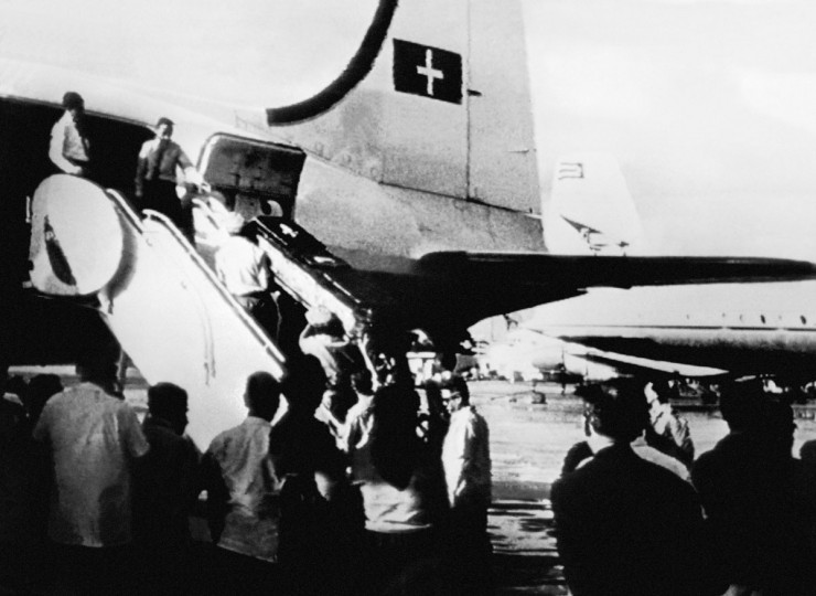 The coffin of Major Rudolf Anderson Jr., the sole casualty of the Cuban missile crisis, is lifted in a Swiss plane at Havana's airport. Anderson's U-2 spy plane was shot down by a Soviet-supplied SA-2 missile on Oct. 27, 1962, while negotiations between U.S. President John F. Kennedy and Soviet Premier Nikita Khrushchev were still under way. (File photo/AFP/Getty Images)