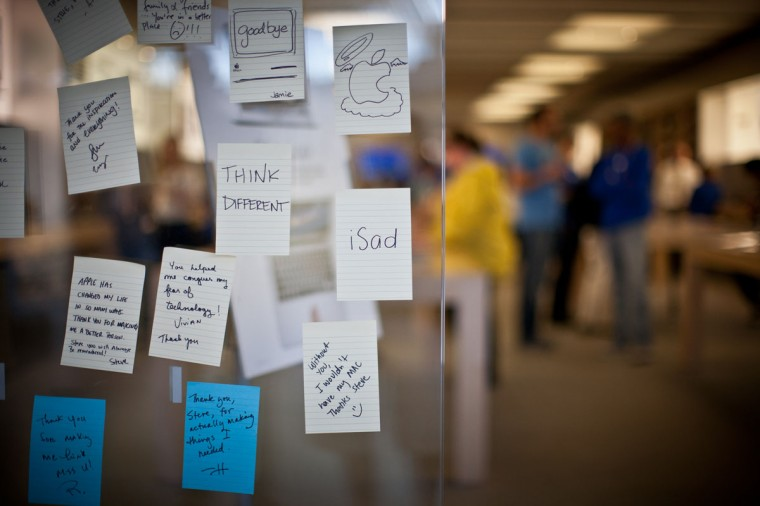 October 6, 2011: Coverage of the Apple Store in the Columbia Mall where people are leaving sticky notes on the front window remembering Steve Jobs after the Apple CEO passed away last night. (Nate Pesce/Patuxent Publiching)