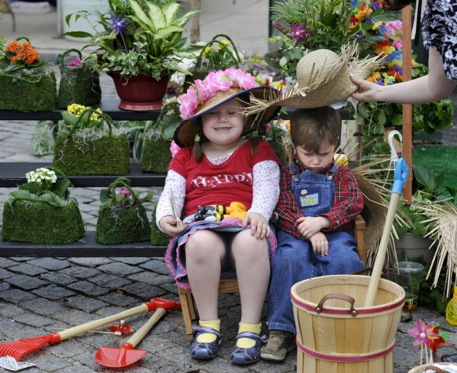 Summer Matthews and a less enthusiastic Dylan Henderson don hats for a picture in 2009 at the Flower Mart, a May tradition in Mount Vernon Place. (Jed Kirschbaum/Baltimore Sun)
