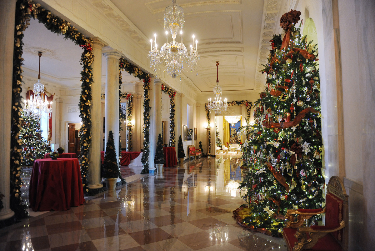 Michelle obama unveils white house 2012 holiday decorations for The christmas decorations