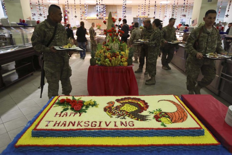 U.S. soldiers carry plates of food during a Thanksgiving meal in Kabul. (Omar Sobhani/Reuters photo)