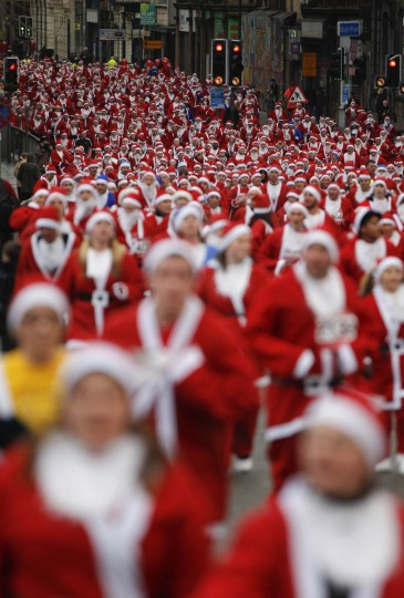 Competitors dressed as Santa Claus take part in the annual 5 kilometre Santa Dash in Liverpool, northern England December 5, 2010. (Phil Noble/Reuters)