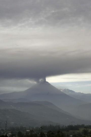 Ecuador's Tungurahua volcano spews large clouds of gas and ash near Banos, south of Quito, December 16, 2012. (Carlos Campana/Reuters)