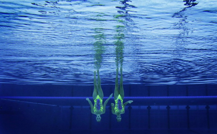 Italy's Giulia Lapi and Mariangela Perrupato are seen underwater as they perform in the synchronized swimming duets technical routine qualification round during the London 2012 Olympic Games at the Aquatics Centre August 5, 2012. (Tim Wimborne/Reuters)