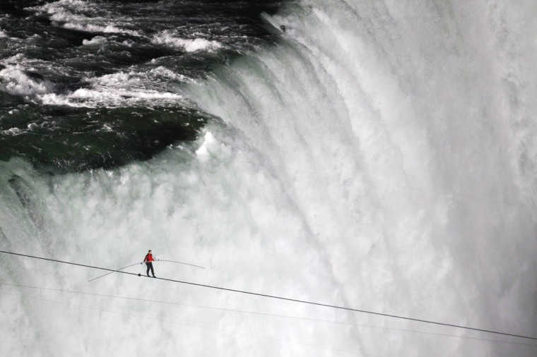 Tightrope walker Nik Wallenda walks the high wire from the U.S. side to the Canadian side over the Horseshoe Falls in Niagara Falls, Ontario, June 15, 2012. (Mark Blinch/Reuters)