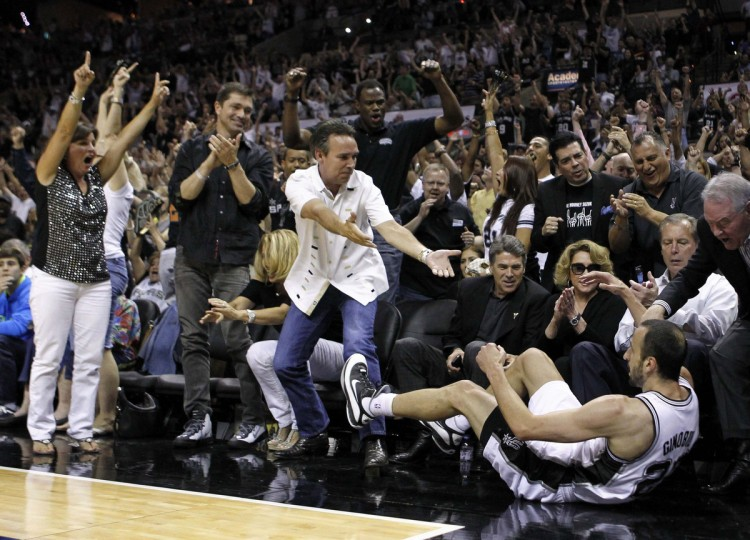 Fans cheer after San Antonio Spurs shooting guard Manu Ginobili (20) hit his three-point shot against Oklahoma City Thunder during Game 1 of the NBA Western Conference basketball finals in San Antonio, Texas May 27, 2012. (Mike Stone/Reuters)