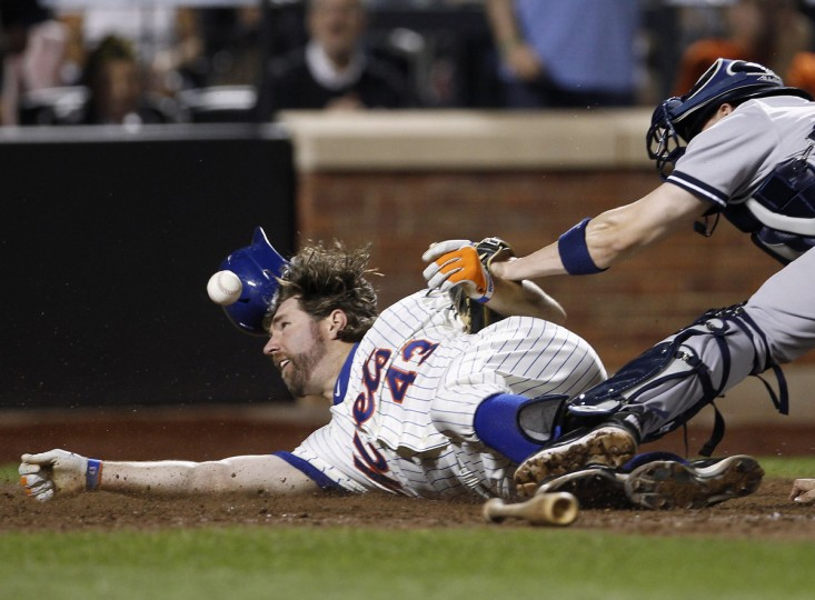 New York Mets' R.A. Dickey (L) scores as the ball gets away from New York Yankees catcher Chris Stewart during the fifth inning of their MLB Interleague baseball game at Citifield in New York, June 24, 2012. (Adam Hunger/Reuters)