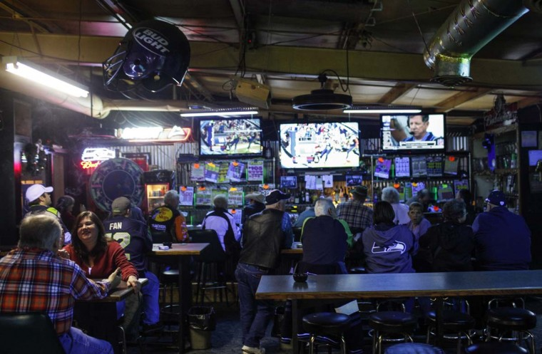 Cigarette smokers sit in Frankie Sports Bar and Grill in Olympia, Washington on December 9, 2012. (Nick Adams/Reuters)