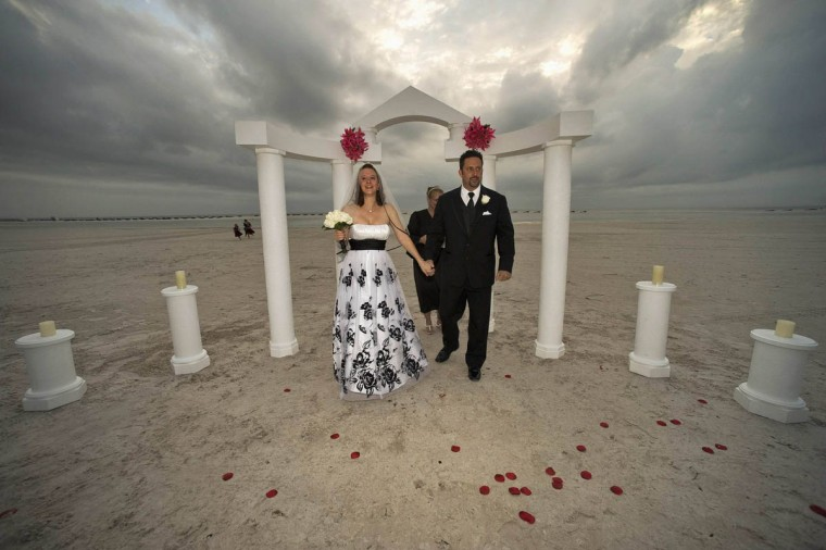 Johnetta Chapman, left, and Johnnie Isner leave the beachside altar after they were married during a ceremony on Fort Myers Beach, Florida, December 12, 2012, the century's last sequential date of 12-12-12. (Steve Nesius/Reuters)