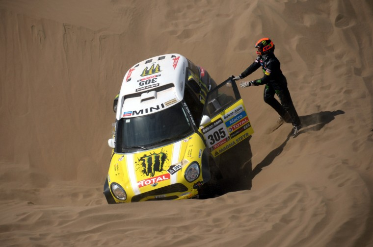 Mini's driver Nani Joan Roma of Spain is stuck in the sand during the Stage 6 of the Dakar 2013 between Arica and Calama, Chile, on January 10, 2013. (Franck Fife/Getty Images)