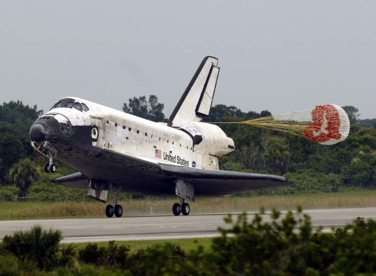 The space shuttle Discovery lands 17 July, 2006 at the Kennedy Space Center, Florida. Discovery made a smooth landing in Florida Monday, completing a 13-day mission considered critical for the US space program's recovery from the 2003 Columbia disaster. (Stan Honda/Getty Images)
