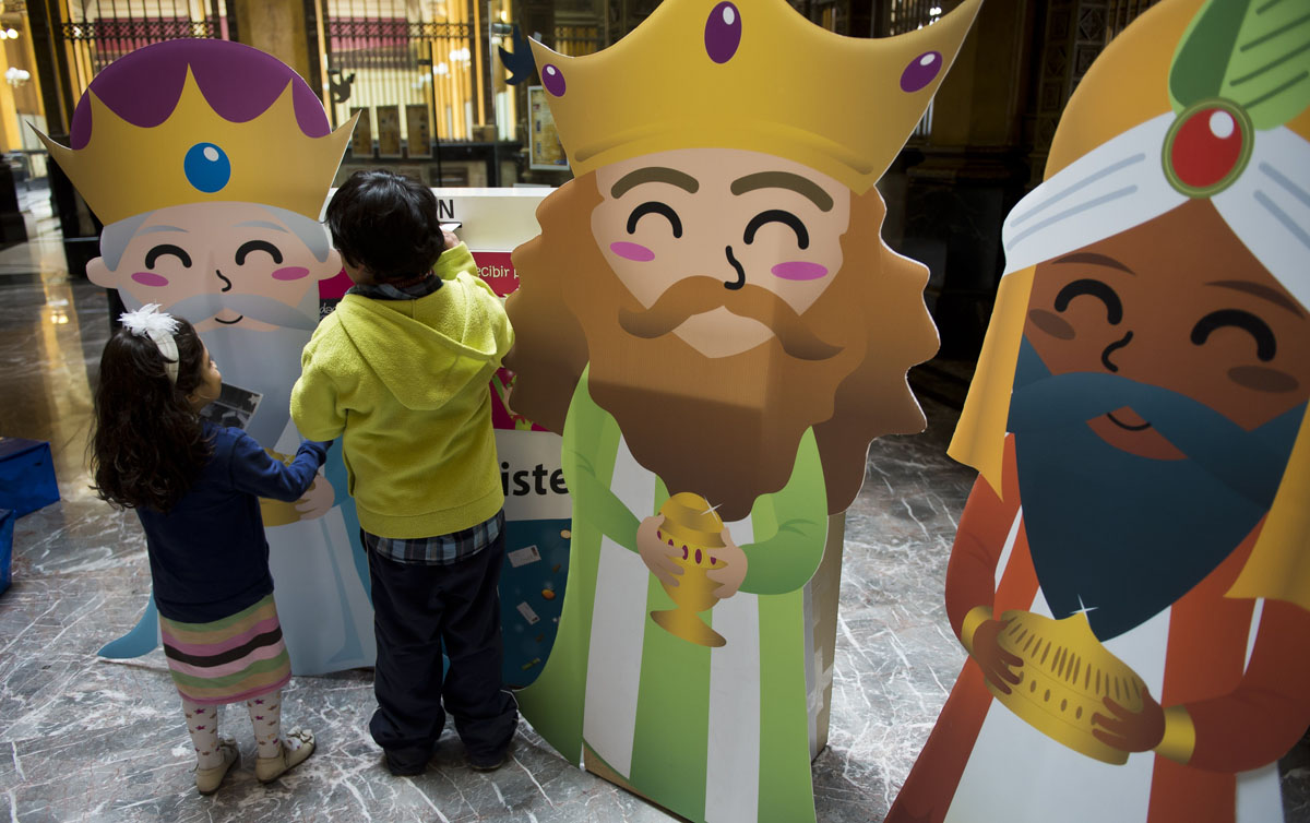 Mexico City: Children post letters to the three kings