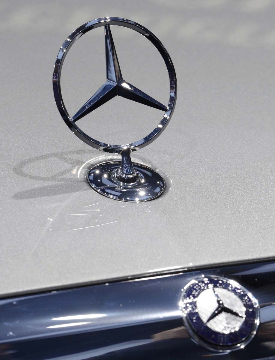 View of the mercedes benz ornament and logo on an e class for Mercedes benz ornaments