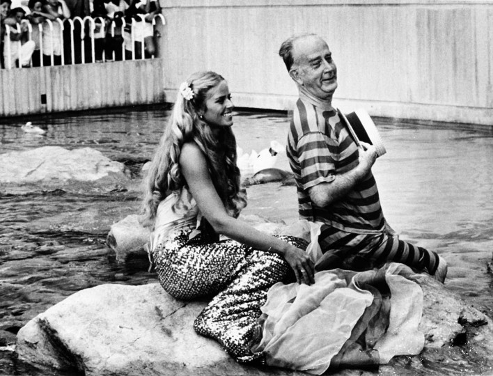 Mayor William Donald Schaefer with a mermaid at the National Aquarium. Photo taken July 15, 2981. (Lloyd Pearson/Baltimore Sun)