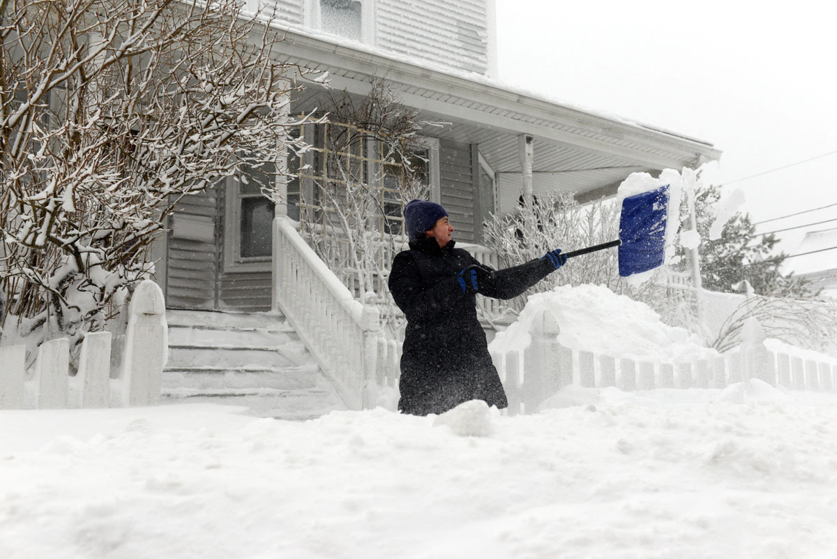 Northeast blizzard pounds region leaves thousands without