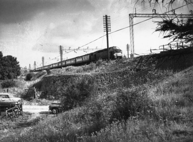 August 16, 1963: Scene of the great train robbery with the train waiting on an embankment above a country road. (Evening Standard/Getty Images)
