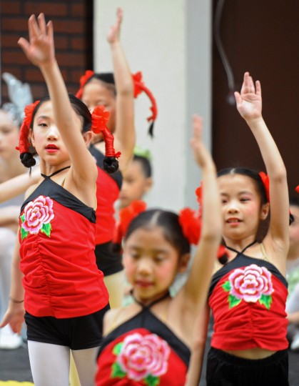 Children with the Gina Ling Chinese Dance Chamber perform during the celebration of Chinese New Year, the Year of the Snake. Over 1500 children and parents attended a celebration at Port Discovery children's museum. (Kenneth K. Lam/Baltimore Sun)