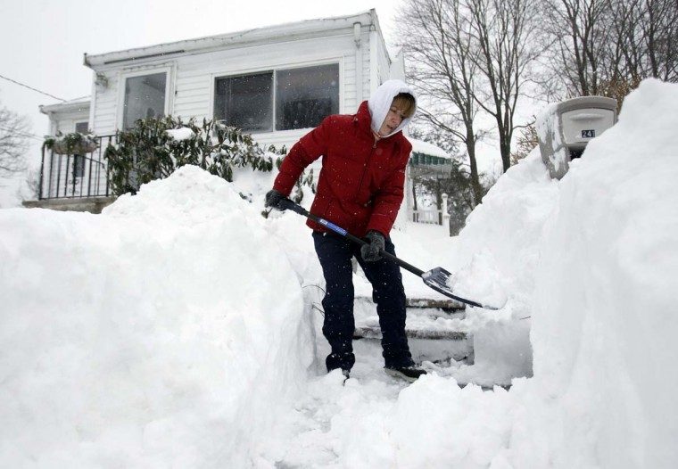 Donnalyn Sullivan shovels out her front steps during a blizzard in Medford, Massachusetts February 9, 2013. A blizzard pummelled the Northeastern United States, killing at least one person, leaving hundreds of thousands without power and disrupting thousands of flights, media and officials said. (Jessica Rinaldi /Reuters)