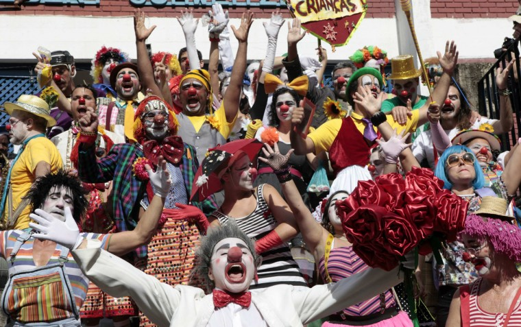 "Revellers dance during the annual block party known as the ""Gigantes da Lira"", one of the many carnival parties to take place in the neighbourhoods of Rio de Janeiro February 3, 2013. (Sergio Moraes/Reuters)"