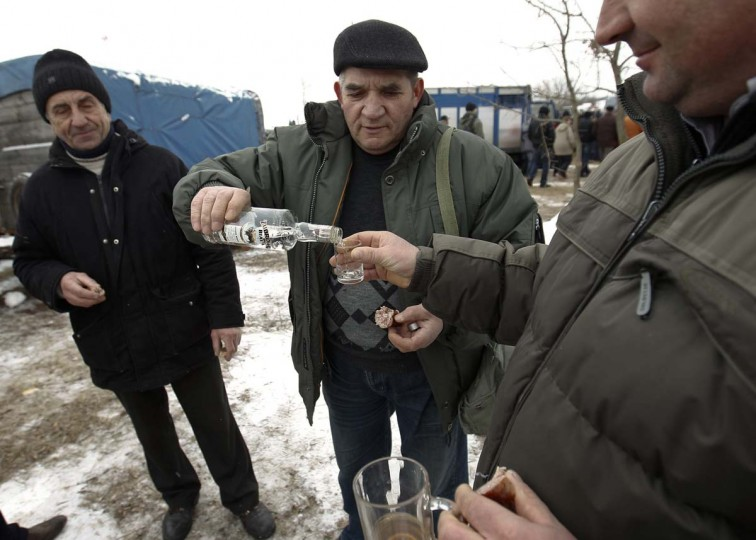 Horse traders drink Polish vodka at Skaryszew horse fair February 18, 2013. (Peter Andrews/Reuters)