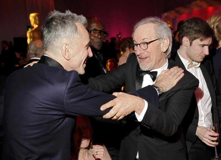 "Daniel Day-Lewis, who won the Best Actor Oscar for his role in ""Lincoln"", embraces director Steven Spielberg at the Governors Ball following the 85th Academy Awards in Hollywood, California February 24, 2013. (Lucas Jackson /Reuters photo)"