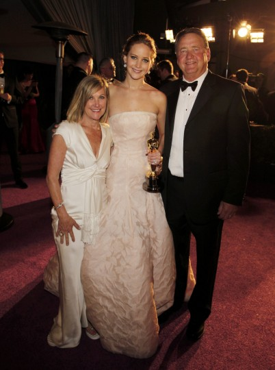 "Jennifer Lawrence poses with her parents, Karen and Gary Lawrence, after she won the Oscar for best actress for her role in ""Silver Linings Playbook,"" at the Governors Ball following the 85th Academy Awards in Hollywood, California, February 24, 2013. (Lucas Jackson /Reuters photo)"