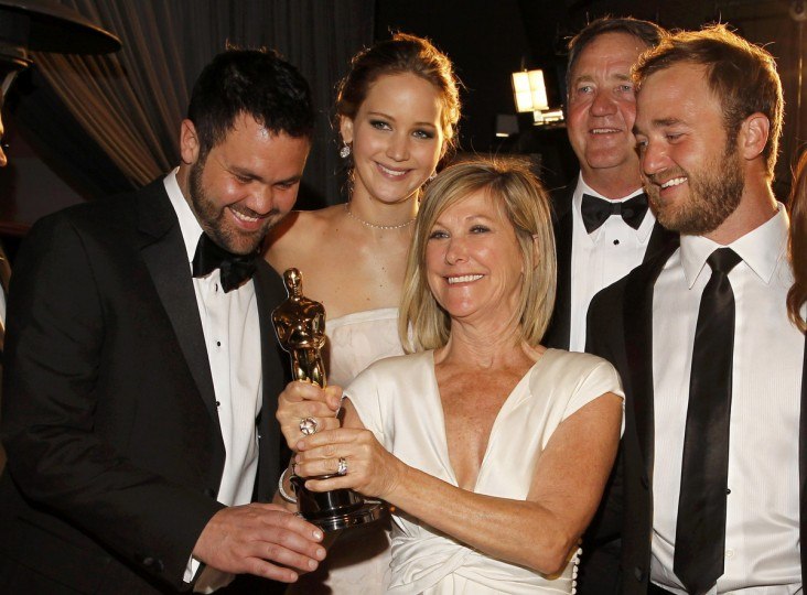 "Best actress Oscar winner Jennifer Lawrence (2nd, L) for ""Silver Linings Playbook"" poses with her brother Ben (L), her mother Karen, her father Gary (2nd R) and her brother Blaine at the Governors Ball for the 85th Academy Awards in Hollywood, California February 24, 2013. (Lucas Jackson /Reuters photo)"