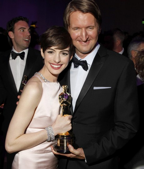 "Anne Hathaway, holding her Oscar for Best Supporting Actress for her role in the film ""Les Miserables"", poses with ""Les Miserables"" director Tom Hooper during the Governors Ball following the 85th Academy Awards in Hollywood, California February 24, 2013. (Lucas Jackson /Reuters photo)"