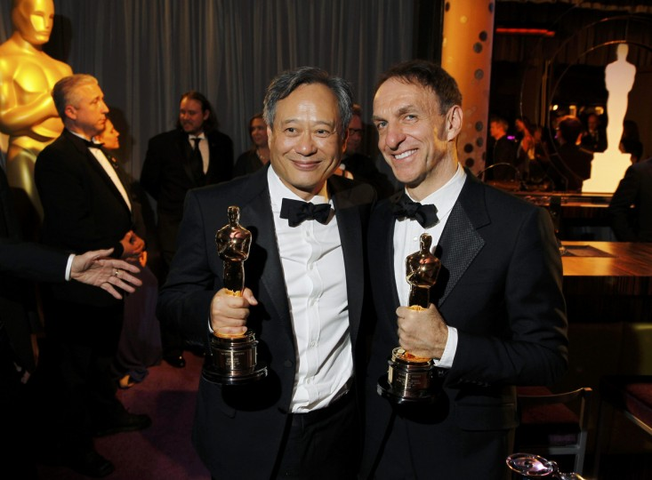 "Director Ang Lee (L) of Taiwan and Canadian composer Mychael Danna pose with their Oscars after winning the Best Director award and the Best Original Score award respectively for their film ""Life of Pi"", at the Governors Ball following the 85th Academy Awards in Hollywood, California February 24, 2013. (Lucas Jackson /Reuters photo)"