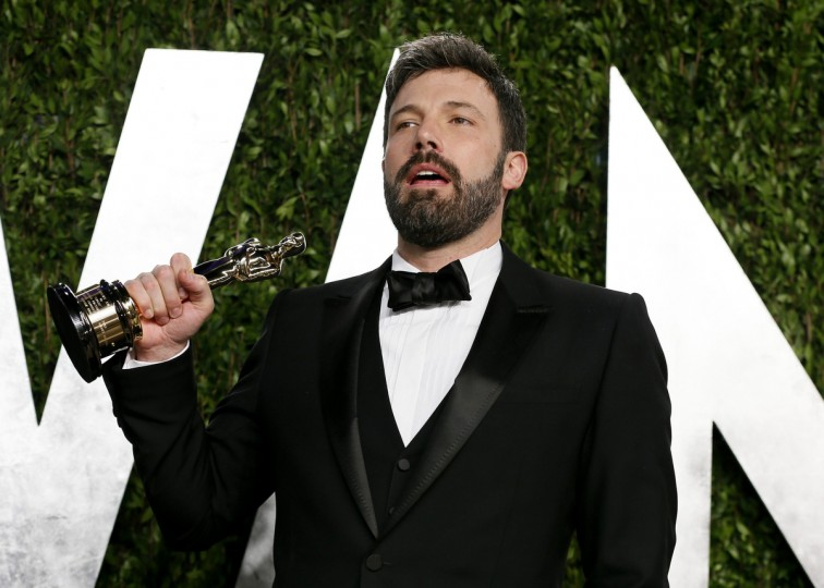 "Director Ben Affleck holds his best picture award for his film ""Argo"" at the 2013 Vanity Fair Oscars Party in West Hollywood, California February 25, 2013. (Danny Moloshok /Reuters photo)"