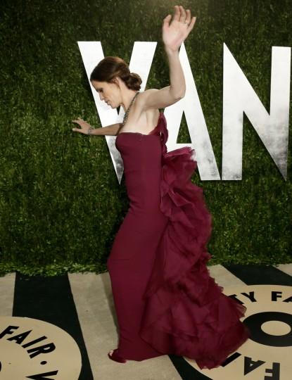 Jennifer Garner loses her balance at the 2013 Vanity Fair